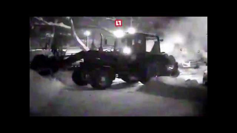 Это Россия.. Трактор снегом тушит горящую машину в Самаре