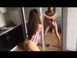 Брюнетка танцует перед зеркалом грудь и крутит попкой