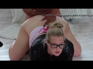Ребята порно красивую пышечку трахают девку видео