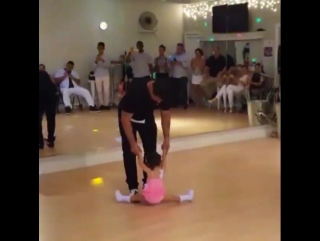 Малышка танцует сальсу с отцом (Via Al 'Liquid Silver' Espinoza)