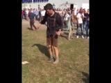 Толпа наблюдает как мужик пьяный пытается надеть кросовку и поддерживает его (VHS Video)