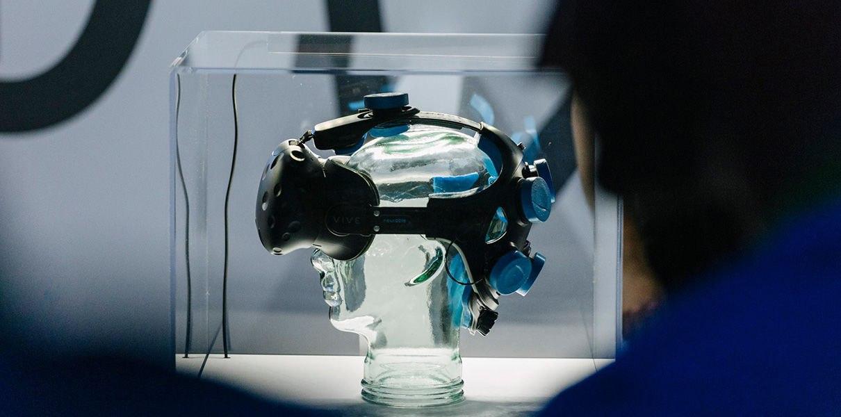 -Or0I8HWos4 Стартап создал VR-игру, в которую играют силой мысли
