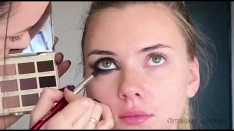 Вечерний макияж с ярким акцентом на глаза (smoky eyes)