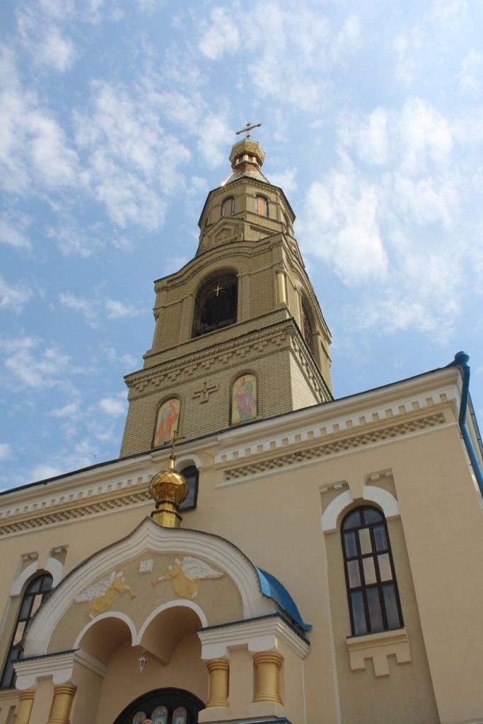 Жители подконтрольной Киеву Луганщины посетили храмовый праздник Петропавловского собора