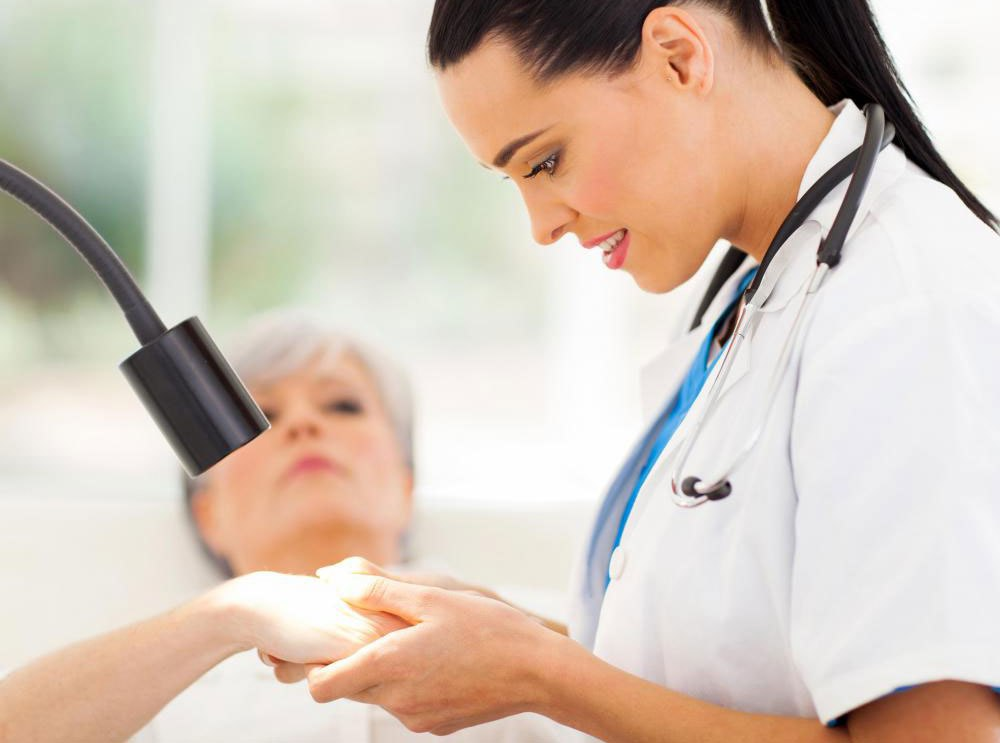 Дерматолог может рекомендовать соответствующий дермальный наполнитель для глубоких морщин.