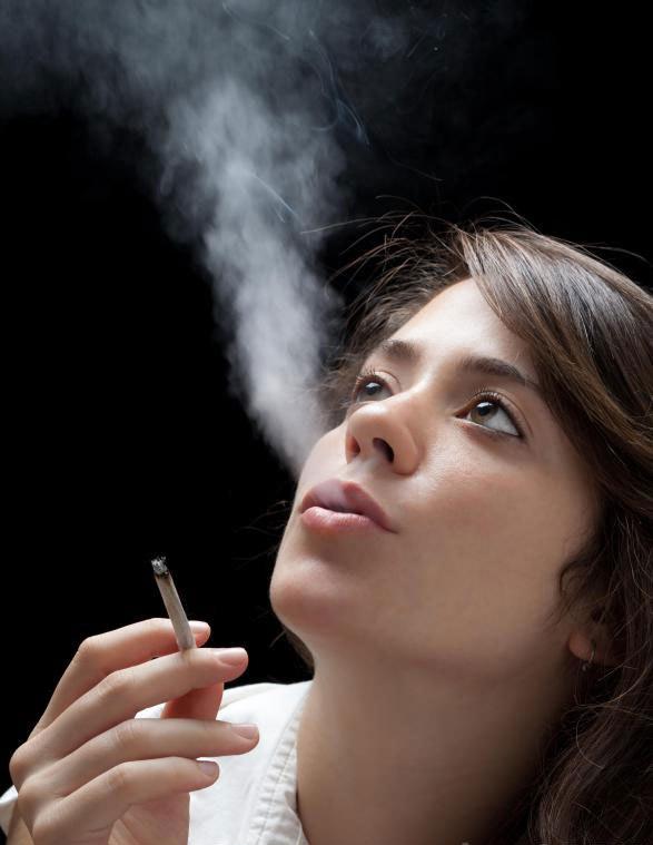 Сигаретный дым может вызвать потерю эластичности кожи.