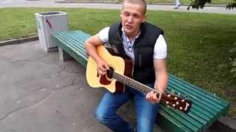 Парень с очень красивым голосом круто поет и играет на гитаре..