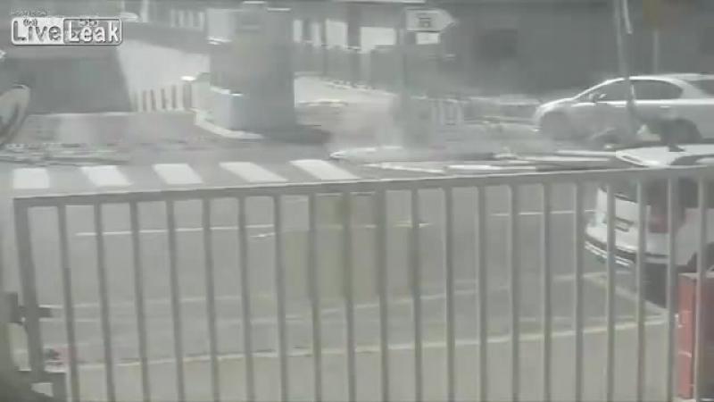Колесо от мусоровоза поподает в охранника
