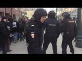Митинг 26.03.17 – Полицейского ударили в голову