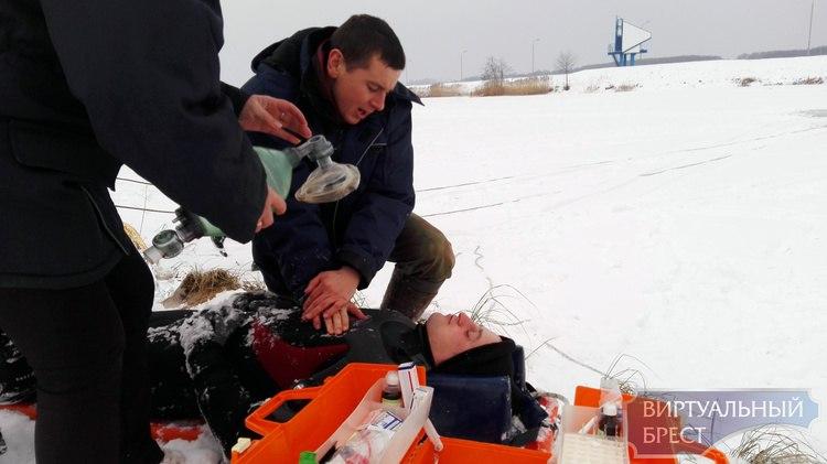 Спасатели ОСВОД и МЧС вместе учились помогать людям, провалившимся под лёд