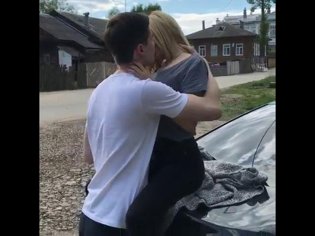 Целуются на машине