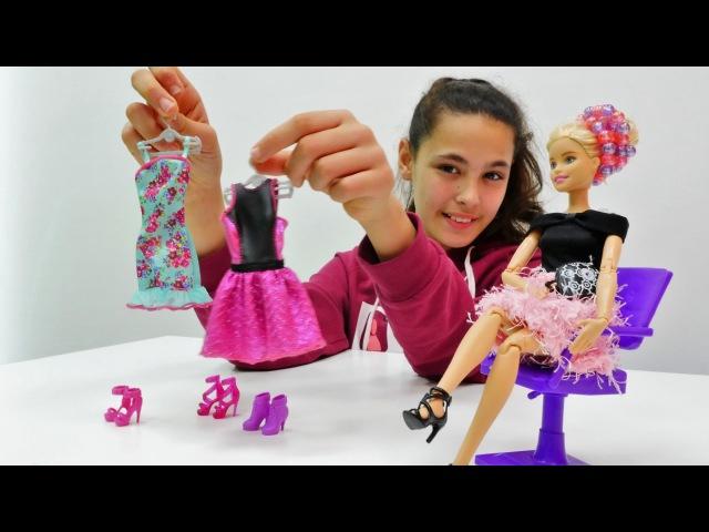Oyuncakdünyası. Kardelen Barbie hazırlanmaya yardım ediyor. kuklaoyunu