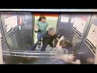 Старинная русская забава - кулачный бой в лифте. 1 vs 3
