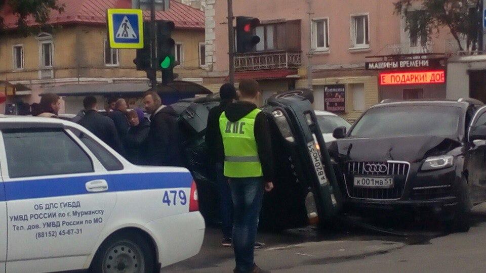 В Мурманске иномарка протаранила две машины, перевернув «Ладу»