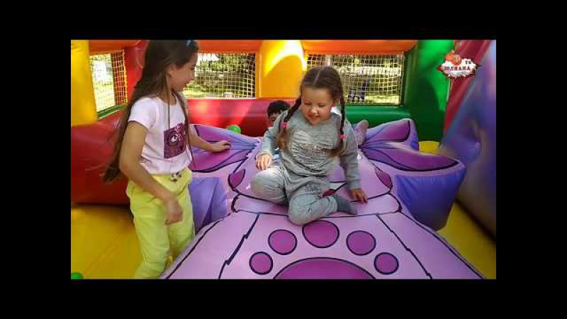Юлиана ТВ. Iuliana TV Играет на надувном батуте. Юлиана с детками атаковала ЛУНТИКА.