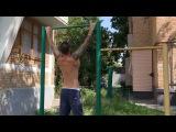 Тигран Салибеков подтягивается на турнике во дворе своего родного дома