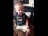 Реакция мальчика на песню Пропала собака по кличке Дружок