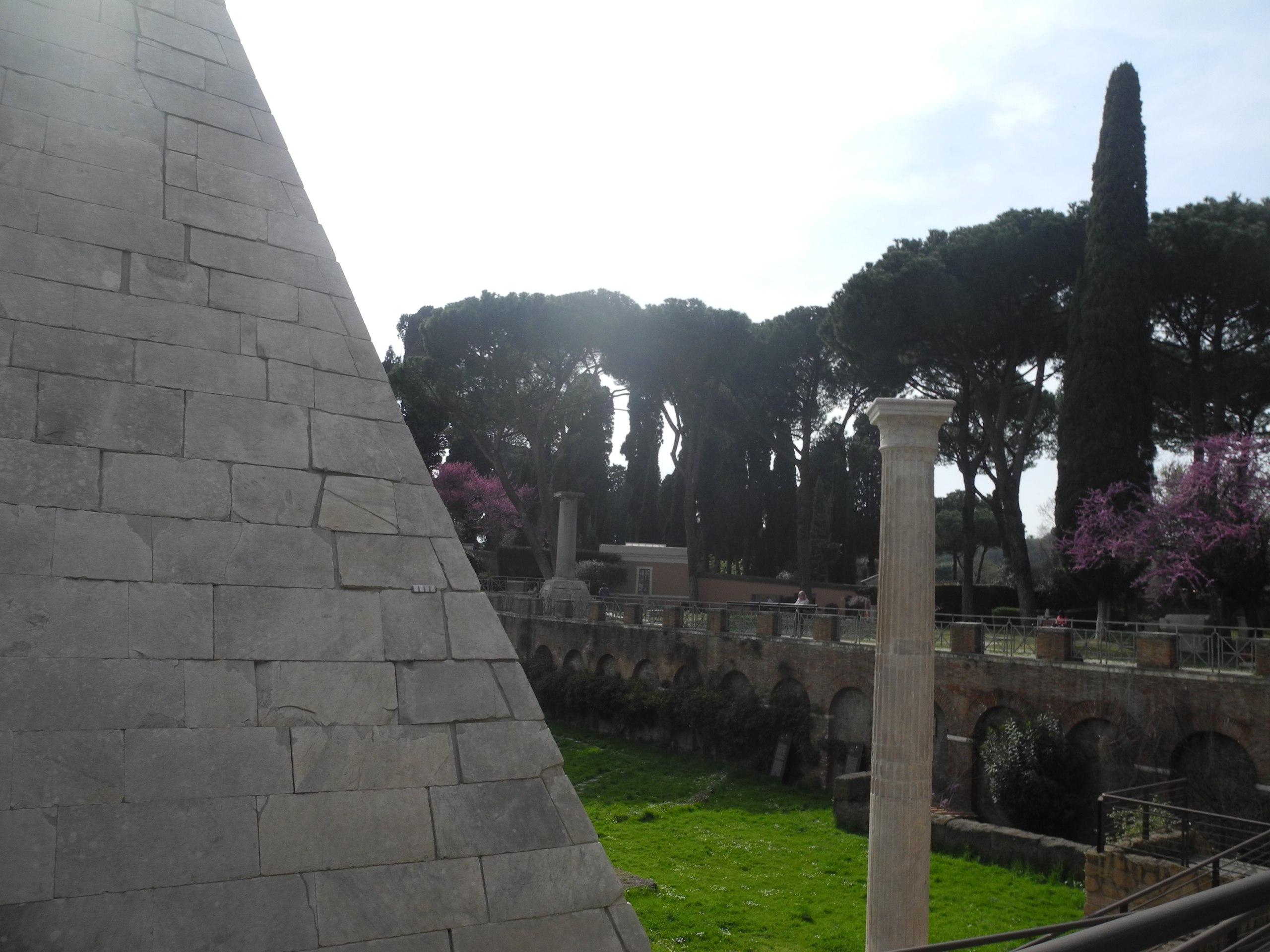пирамида цестия рим
