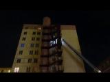 Перекрытый выход к пожарной лестнице отрезал путь жильцам горящего дома (видео)