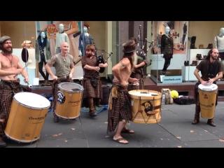 Awesome Scottish street music Clanadonia/Крутое выступление шотландских барабанщиков и волынщиков