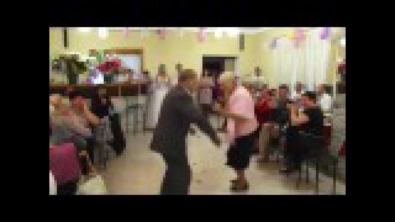 Любо посмотреть Бабушка с дедушкой у внучки на свадьбе