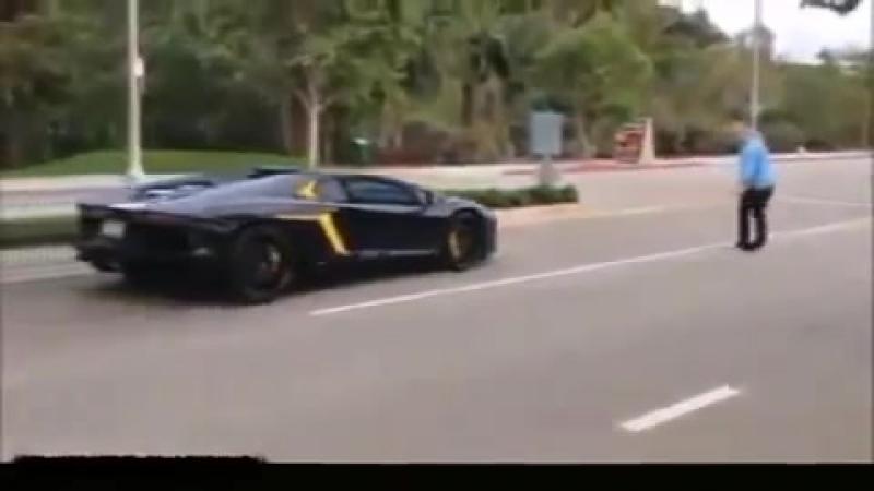 Смелый дед бросил камень в Lamborghini