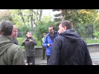 Перед Верховной Радой подрались нардеп Парасюк и экс-министр обороны Украины Гелетей