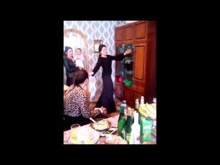 Танцует цыганочка на празднике