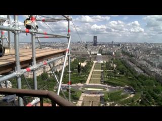 В Париже любители экстрима спускаются на тросе с Эйфелевой башни