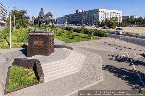 Памятник маршалу Рокоссовскому на набережной #Волгоград