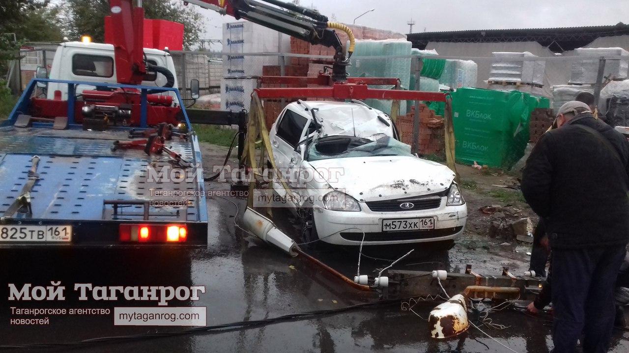 В Таганроге в результате столкновения с «Волгой» перевернулась и врезалась в столб Lada Priora, есть пострадавший