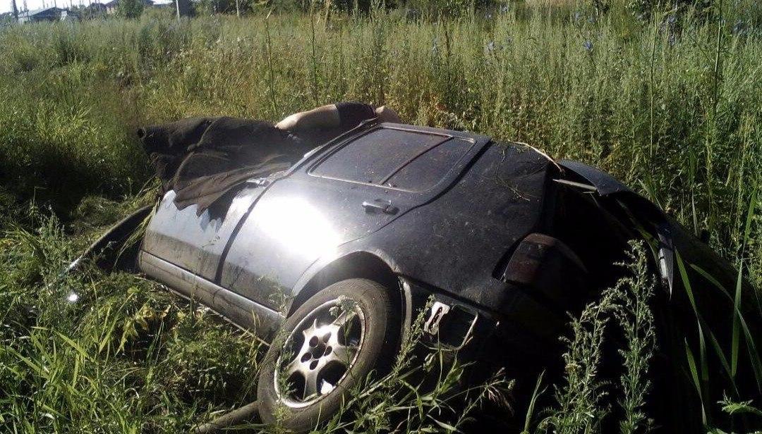 Недалеко от Таганрога перевернулся Volkswagen Golf, есть погибший и пострадавший