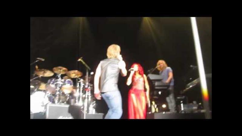 Bon Jovi Rihanna Live – Livin' On A Prayer