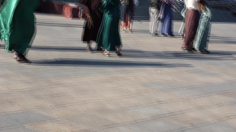 Танцует