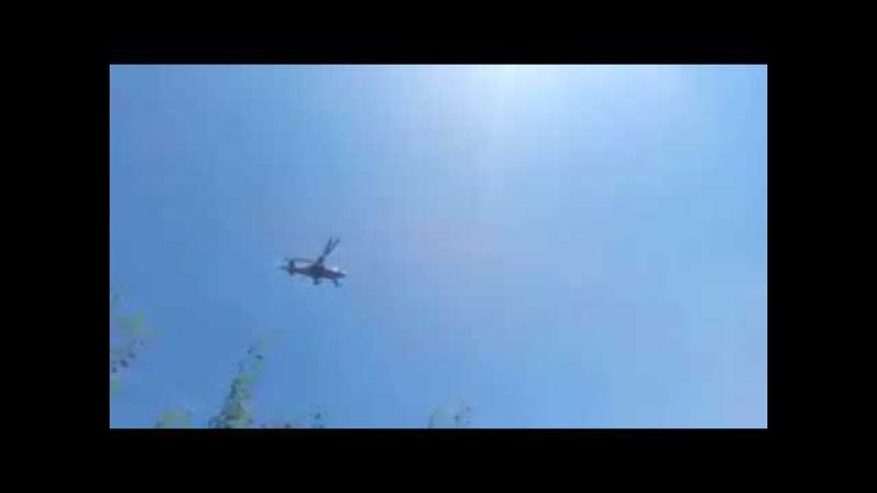 Прольот військового вертольота Ка-52 над територією селища Павлівка у Херсонськ ...