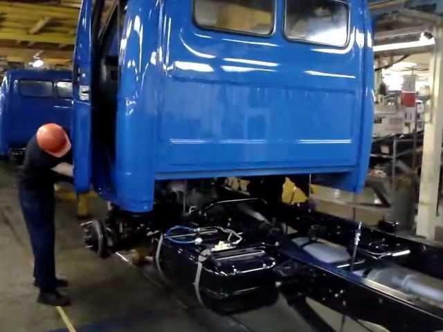 Установка кабины на главном конвеере ГАЗа