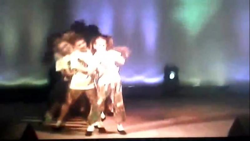 Я танцую в группе Шоколадная фабрика.  это ещё во втором классе.
