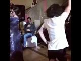 Девушка очень мило танцует ?