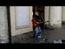 Одинокий певец на туринской Piazza San Carlo