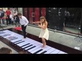 Итальянская пара исполнила тему из розовой пантеры на напольном пианино