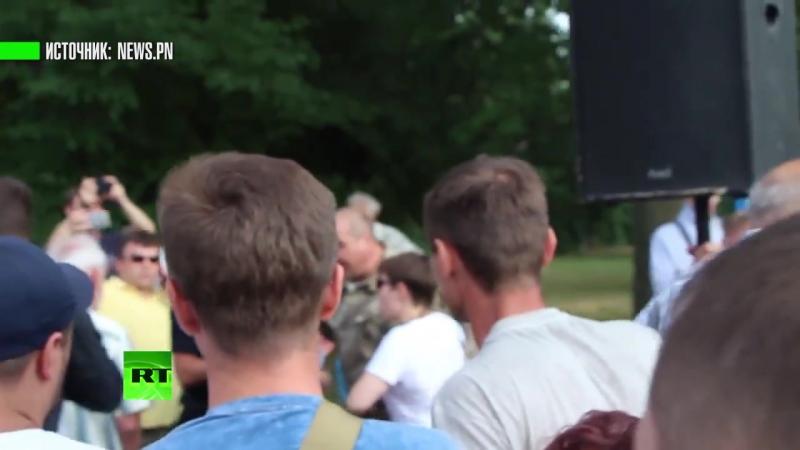 От любви до ненависти один шаг: Савченко закидали яйцами на встрече с горожанами в Николаеве