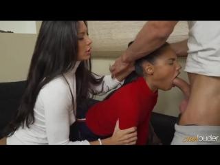 Развратная мамочка обучает свою дочурку как получать удовольствие от секса