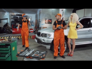 Чем занимается блондинка на заднем сидении — На троих — 3 сезон – 6 серия (1)
