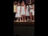 4-летняя девочка устроила на сцене незапланированное шоу ?