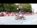 Мотоциклы фристайл байк гонщик трюки на мотоциклах акробатика мото спорт.