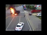 Водитель грузовика спасает мотоциклиста в огненной аварии