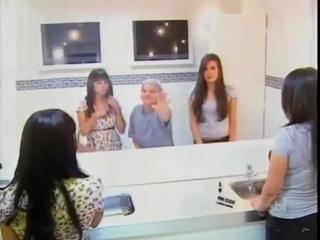 А Вы видите свое отражение в зеркале? Смешной розыгрыш в женском туалете
