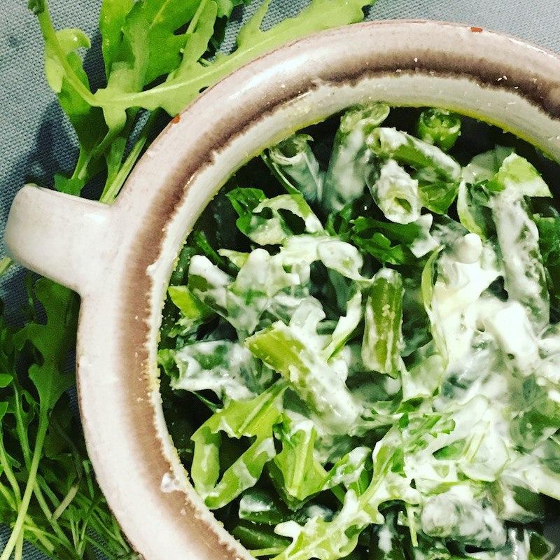 Тёплый салат из зелёной фасоли и руколы