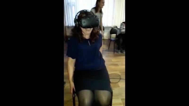 Сотрудники библиотеки им. Н.В. Гоголя г. Новокузнецка опробовали на себе шлем виртуальной реальности. Часть 1
