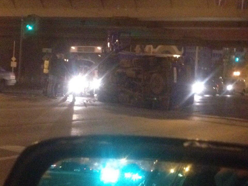 Появились фото ДТП в Омске, где под метромостом перевернулась машина «Почты России»